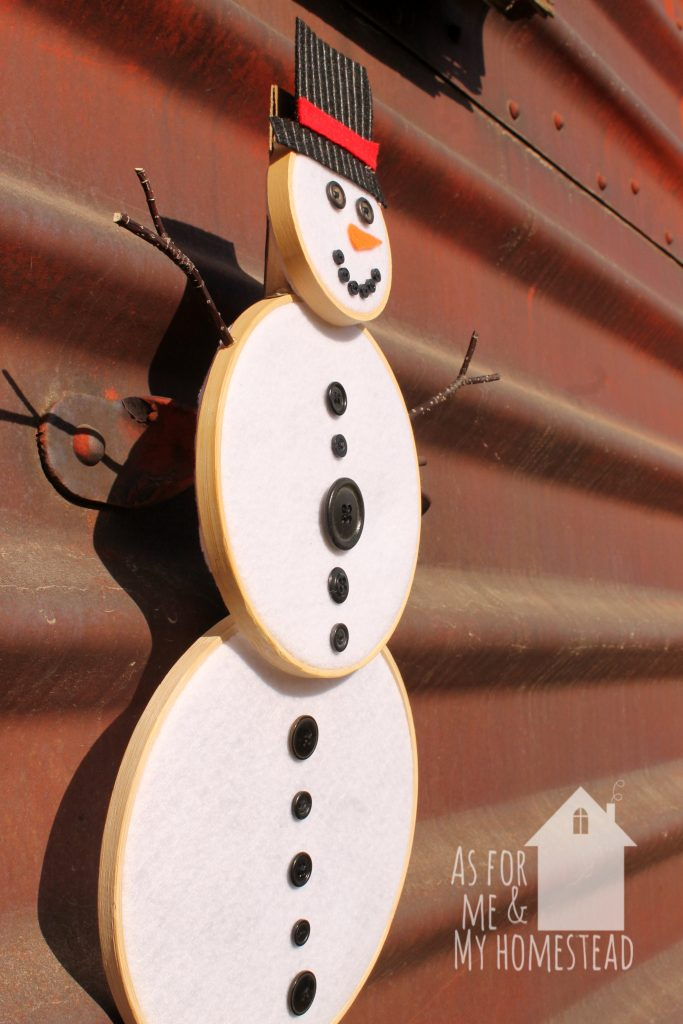 A cute but easy Snowman Wreath made with embroidery hoops. The perfect decor for Christmas and all winter long!